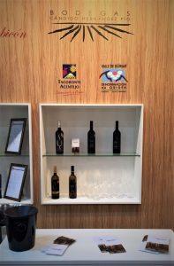 Detalle del stand en la Feria Prowein, con los vinos de Tenerife de Bodegas CHP